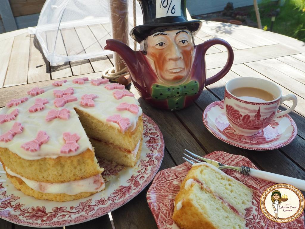 victoria sponge cake with tea